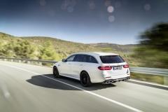 Mercedes-AMG E 63 S 4MATIC+ T-Modell, diamantweiß, Fahraufnahme // Mercedes-AMG E 63 S 4MATIC+ Estate, diamond white, driving shotKraftstoffverbrauch kombiniert: 9,1  l/100 km, CO2-Emissionen kombiniert: 206 g/km Fuel consumption combined:  9.1  l/100 km; combined CO2 emissions: 206  g/km
