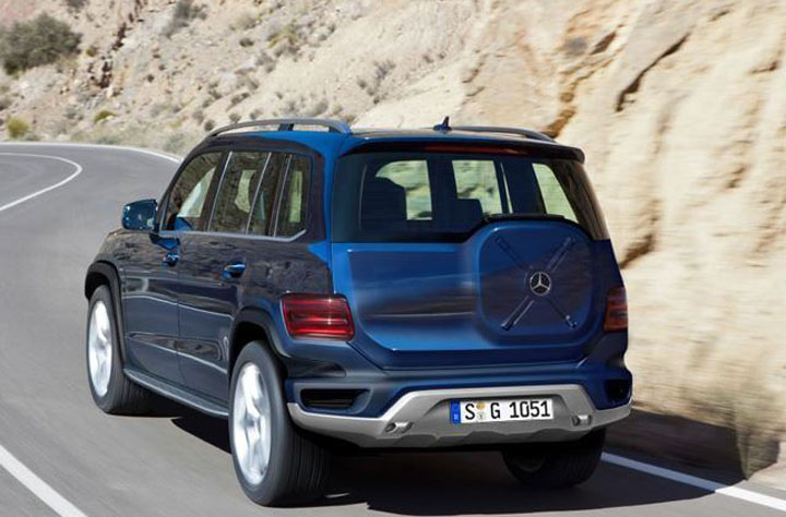 mercedes-gelandewagen-2017-rear-road