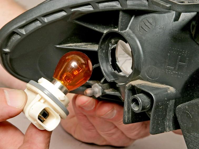 Как поменять лампочку в фаре или указателе поворота