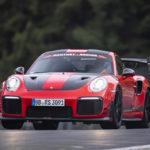 Порше 911 GT2 RS MR — самый быстрый спортивный автомобиль на трассе.