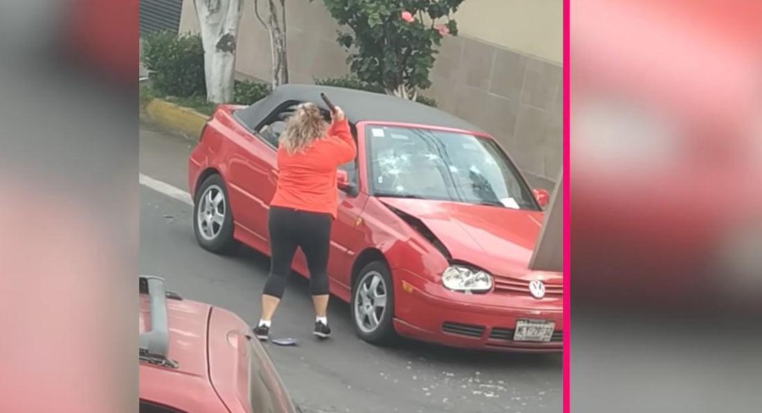 Женщина атакует VW Golf  трубой, а затем своим собственным автомобилем.