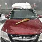 Чем опасен снег на крыше машины?